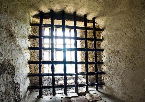 Четыре заключенных в шляпах. Интересная логическая задача про тюрьму