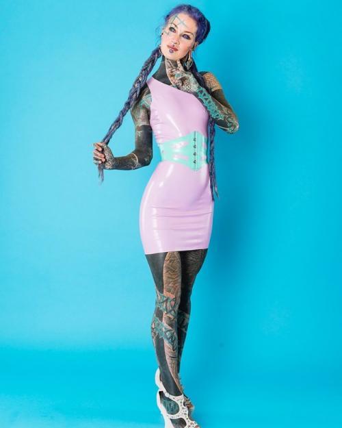 Татуированные девушки модели. Анускатз - немецкая тату-модель, внешний вид которой может испугать (20 фото)