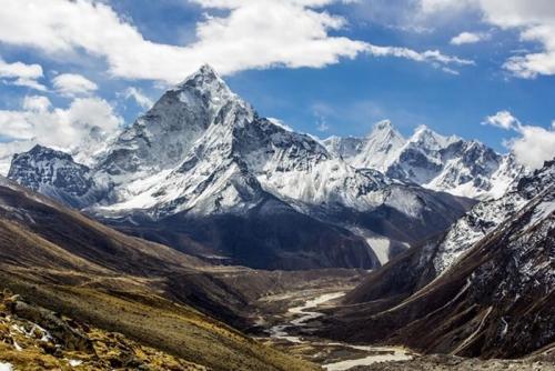 Самая высокая гора в мире. Эверест – самая высокая гора в мире (~ 8 848 м)