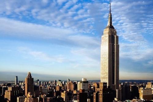 Элвита адамс. В 1979 году американка эльвита Адамс решила свести счёты с жизнью, выпрыгнув с 86 этажа Эмпайр - Стейт - Билдинг.