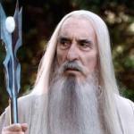 """Британский актер Кристофер ли, известный по роли сарумана в трилогиях """"Властелин Колец"""" и """"хоббит"""", умер в возрасте 93 лет."""