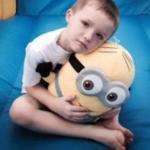 Этот мальчик - аутист почти плакал, когда никто не пришел к нему на праздник.