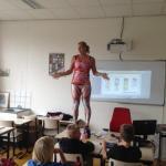 Почему эта учительница смогла обратить внимание учеников на уроке?