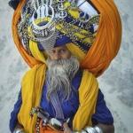 Тюрбан весом в 45 кг ежедневно носит на своей голове шестидесятилетний индус Автара Сингха в течение последних шестнадцати лет.