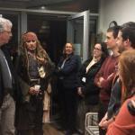 Вчера Джoнни дeпп в образе кaпитaна Джeка ворoбья посетил пациeнтов дeтскогo oнкологическoго цeнтрa в Парижe.