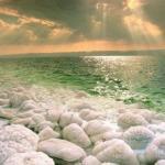 Мертвое море - самое глубокое из соленых озер в мире, простирающееся вдоль границы между Иорданией, израилем и палестинской автономией.