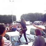 На фото: молодая тунисская девушка бесстрашно ругает банду исламистов, потребовавших от нее надеть чадру.
