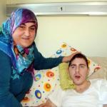 4 года турецкая женщина гульсум кабадайи выхаживает молодого человека из России, который в 2008 году попал под машину.