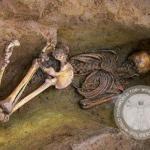 Археологи иногда захоронения людей лицом вниз находят.