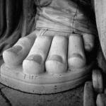 Почему у статуи свободы имеется одна нестандартная анатомическая особенность?