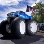 Bigfoot 5 составляет 4, 7 метров в высоту, его колеса достигают 3 метра в высоту, а весит это чудо 17 236 кг.
