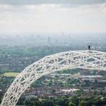Англичанин Джеймс кингстон стал первым человеком в мире, покорившим самое высокое спортивное сооружение Великобритании.