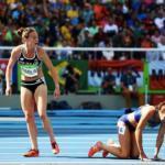 Бегунья из новой Зеландии, ценой результата в забеге, помогла своей американской сопернице встать на ноги, когда та получила травму.
