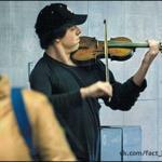 В 2007 году знаменитый американский скрипач Джошуа Белл решил провести эксперимент, притворившись обычным уличным музыкантом.