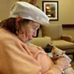 Дом престарелых, где заботятся и о пожилых людях, и о брошенных животных.