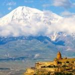 Арарат (по-армянски масис) - вулканический массив, состоящий из двух потухших вулканов: большой Арарат и малый Арарат.