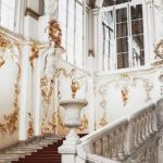 Величественные залы эрмитажа и своды исаакиевского собора в Петербурге.