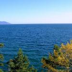 Сибирское озеро Байкал - самое глубокое озеро в мире и самый крупный источник пресной воды на планете.